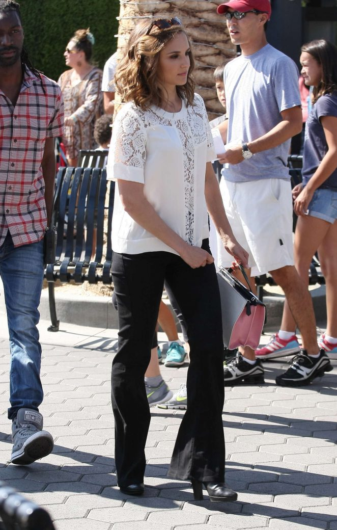 Rachael Leigh Cook visits 'Extra' at Universal Studios in Hollywood
