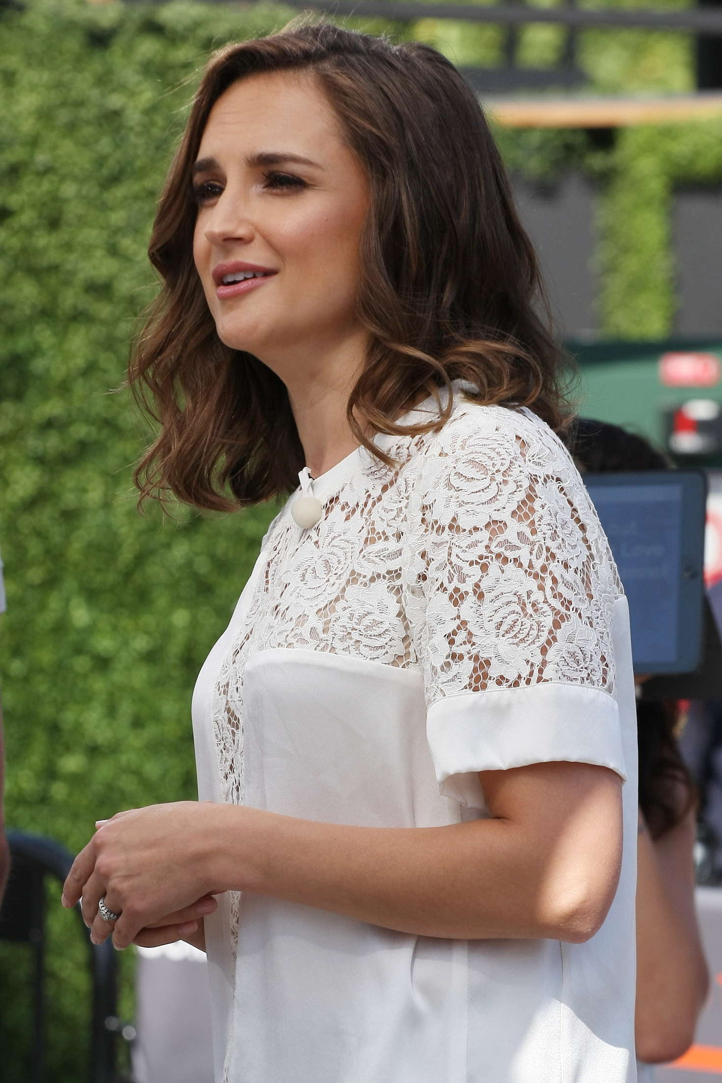 Rachael Leigh Cook 2016 : Rachael Leigh Cook visits Extra at Universal Studios -23