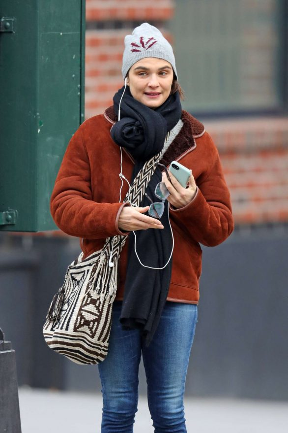 Rachel Weisz - Meeting with a friend at cafe in New York