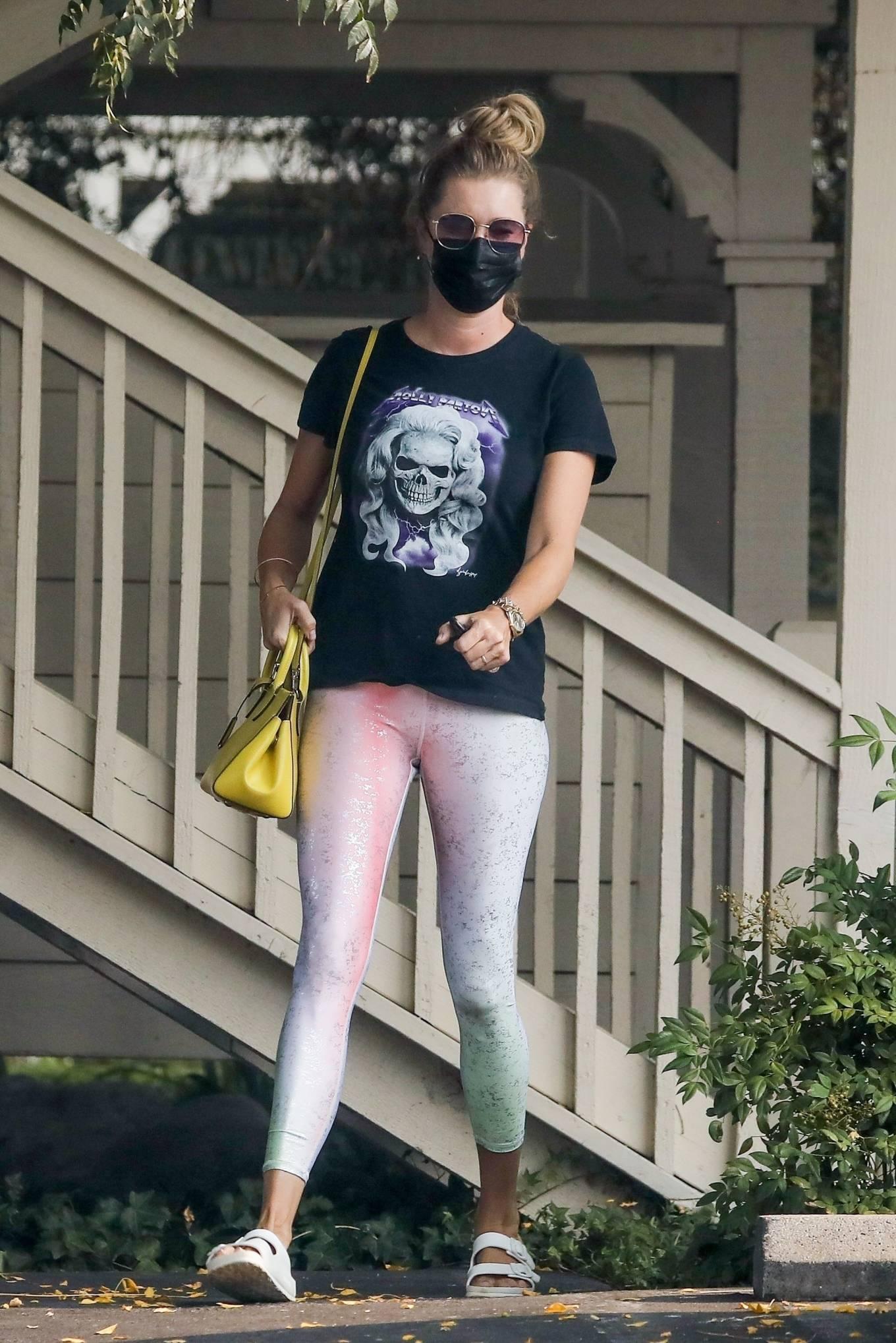 Rebecca Romijn - Looks casual at a spa in Malibu