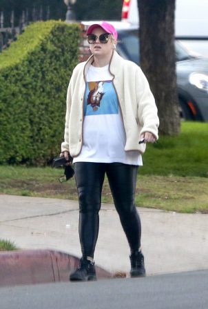 Rebel Wilson - Goes hiking in Los Feliz