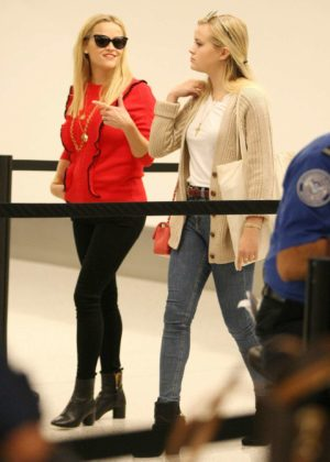 Reese Witherspoon - Arrive at LAX airport in Los Angeles