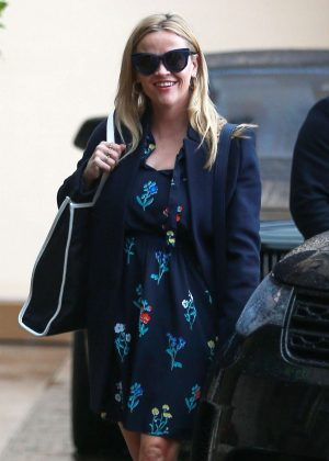 Reese Witherspoon - Arrives for a birthday lunch with friends in Hollywood