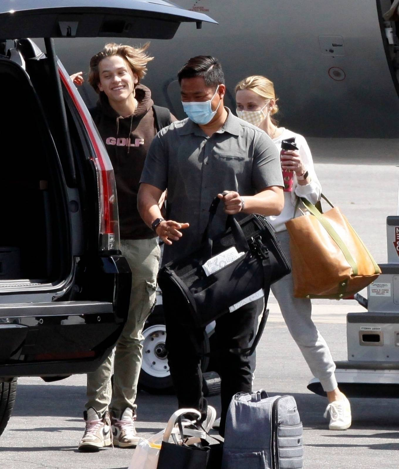 Reese Witherspoon 2021 : Reese Witherspoon – Arrives in Los Angeles-07