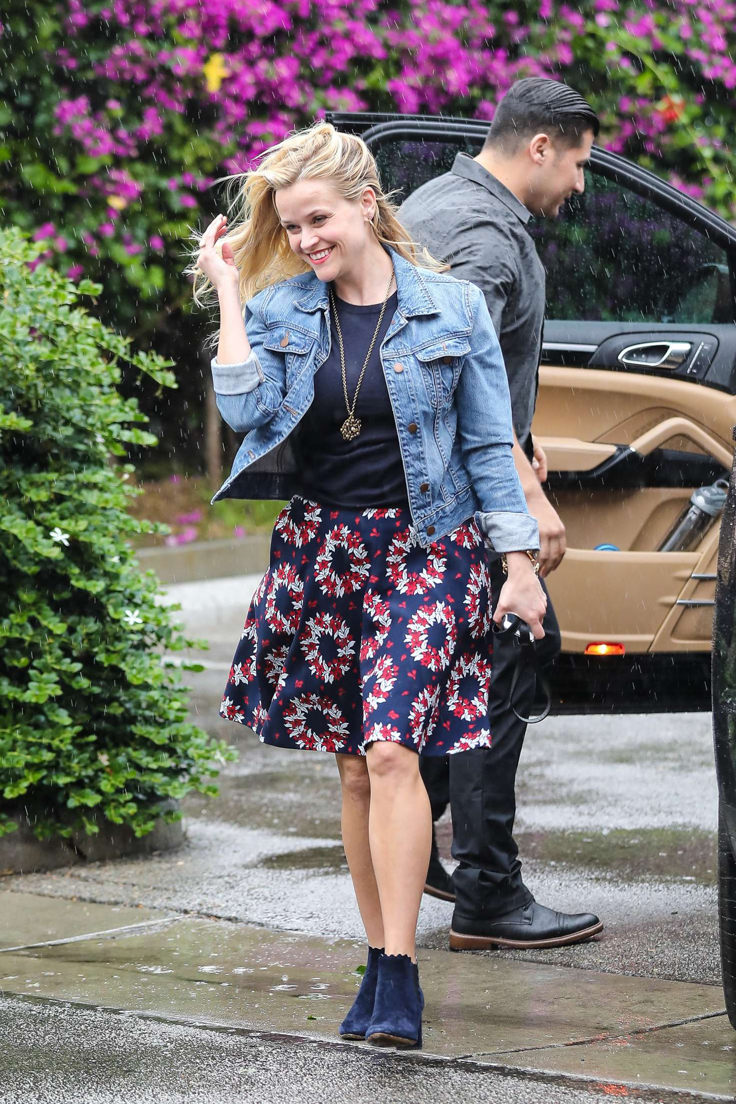 Reese Witherspoon 2016 : Reese Witherspoon at Christmas shopping -08
