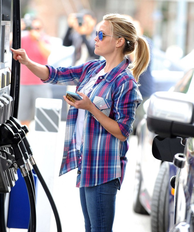 Reese Witherspoon at a gas station -02