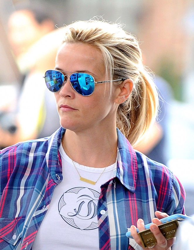 Reese Witherspoon at a gas station -04