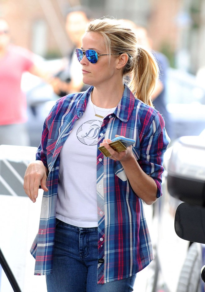Reese Witherspoon at a gas station -14
