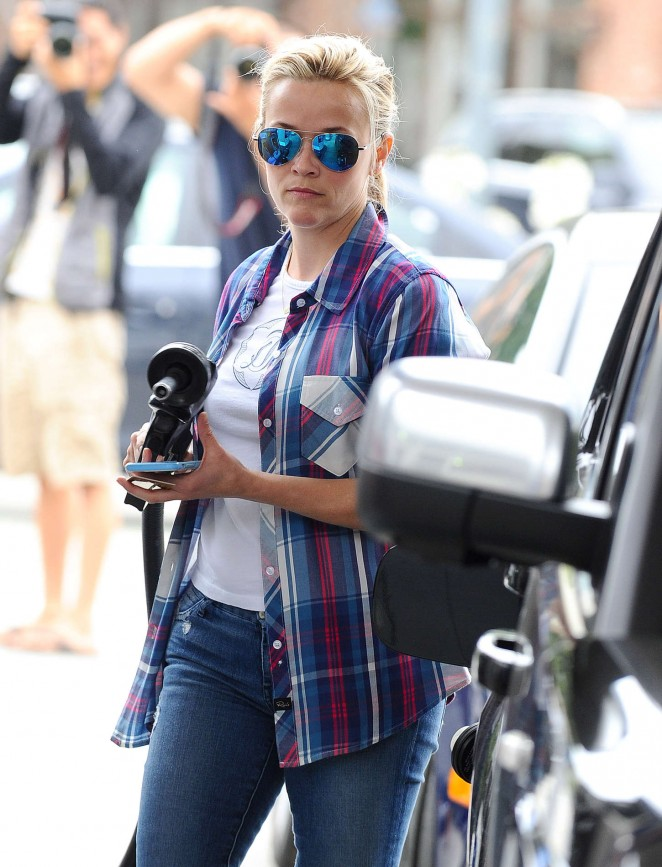 Reese Witherspoon at Gas station in Brentwood