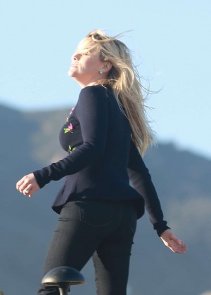 Reese Witherspoon - Filming scenes on Malibu Beach