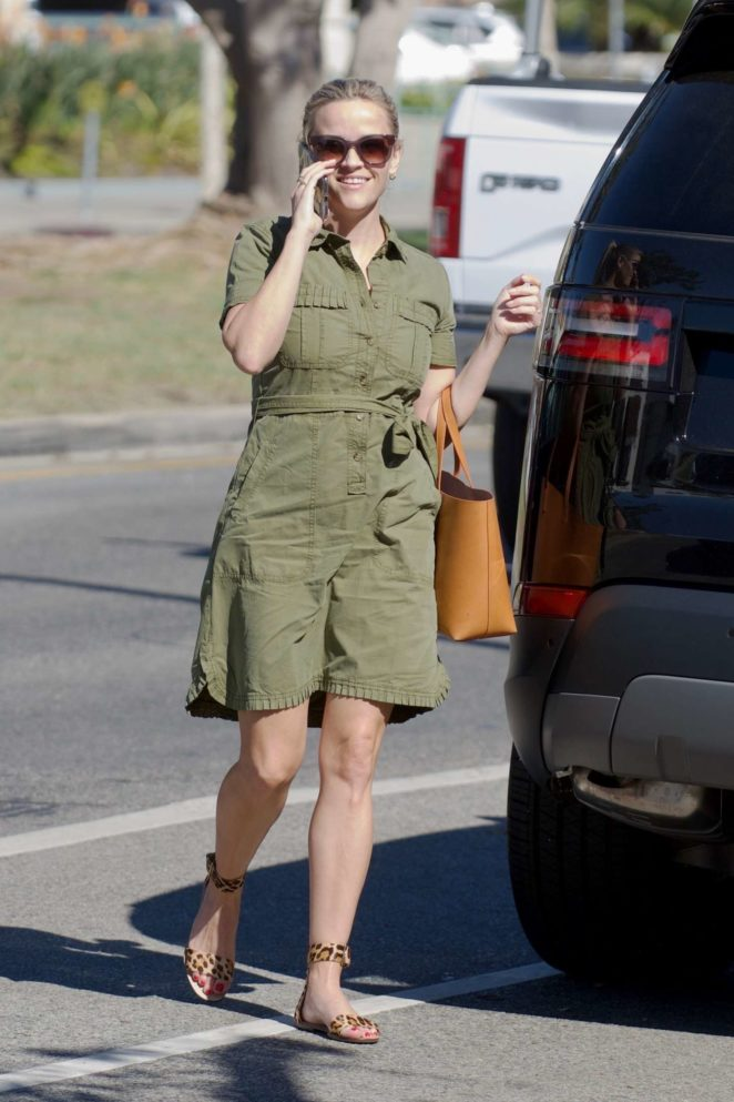 Reese Witherspoon - Grabbing a coffee out in Brentwood