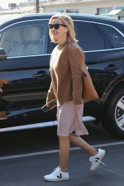 Reese Witherspoon - Heads into her office at Hello Sunshine in Santa Monica