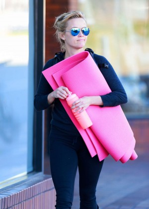 Reese Witherspoon - Heads to yoga class in Brentwood