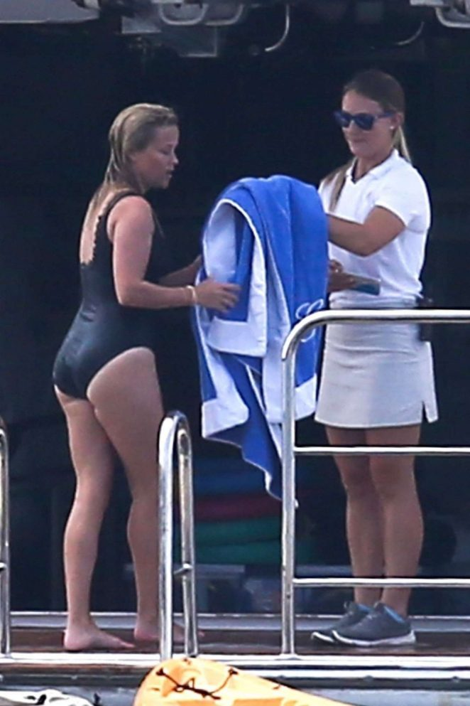 Reese Witherspoon – In Swimsuit On a Super Boat in New York