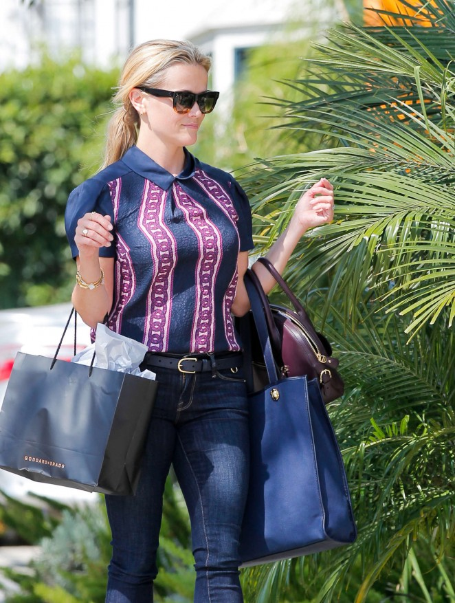 Reese Witherspoon in Tight Jeans Shopping in Beverly Hills