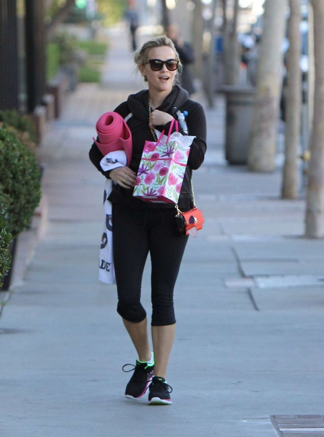 Reese Witherspoon in Tights Leaves Yoga Class -03