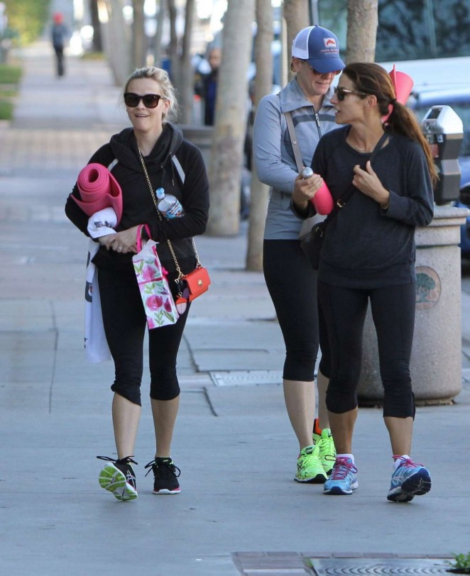 Reese Witherspoon in Tights Leaves Yoga Class -06