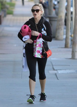 Reese Witherspoon in Tights Leaves Yoga Class in Brentwood