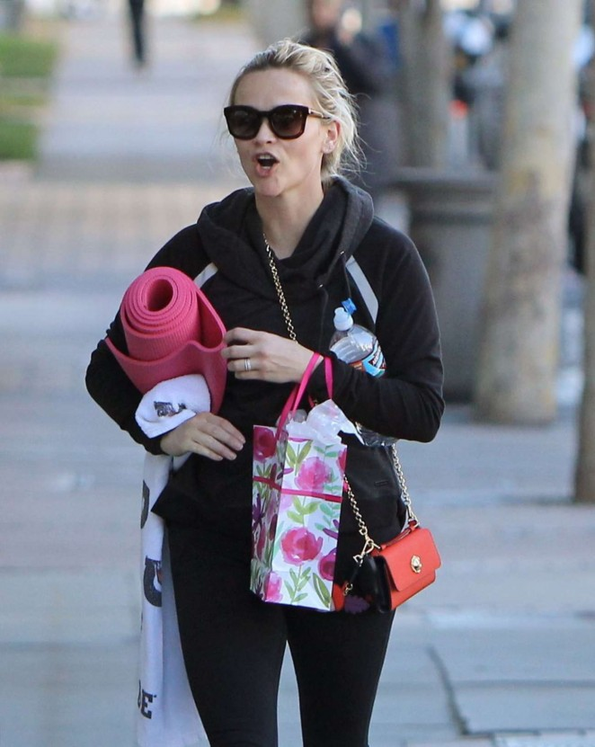 Reese Witherspoon in Tights Leaves Yoga Class -08