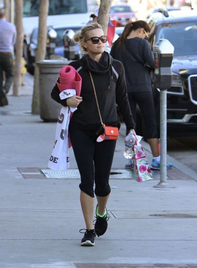 Reese Witherspoon in Tights Leaves Yoga Class -10