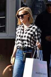 Reese Witherspoon - On her Christmas shopping in Brentwood