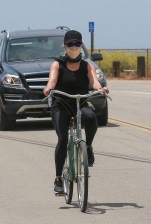 Reese Witherspoon - Out for a bike ride at the beach in Malibu