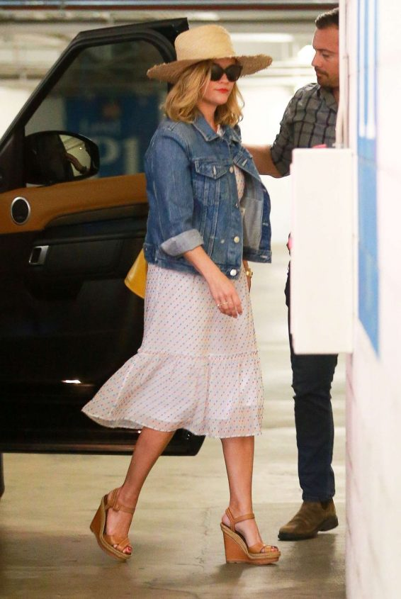 Reese Witherspoon 2019 : Reese Witherspoon – Out in Santa Monica-05