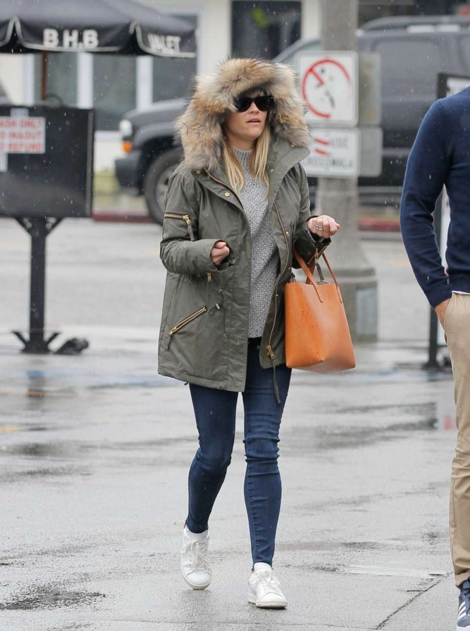 Reese Witherspoon in Jeans out in Venice