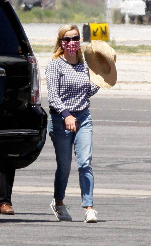 Reese Witherspoon - Returning from a family vacation in Los Angeles