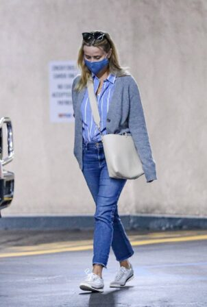 Reese Witherspoon - Running errands in Beverly Hills