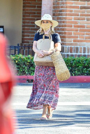 Reese Witherspoon - Seen after grocery shopping at Ralphs Supermarket in Malibu