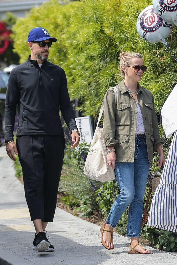 Reese Witherspoon - Seen arriving at a birthday party in LA