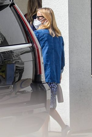 Reese Witherspoon - Seen wearing a mask in Culver City
