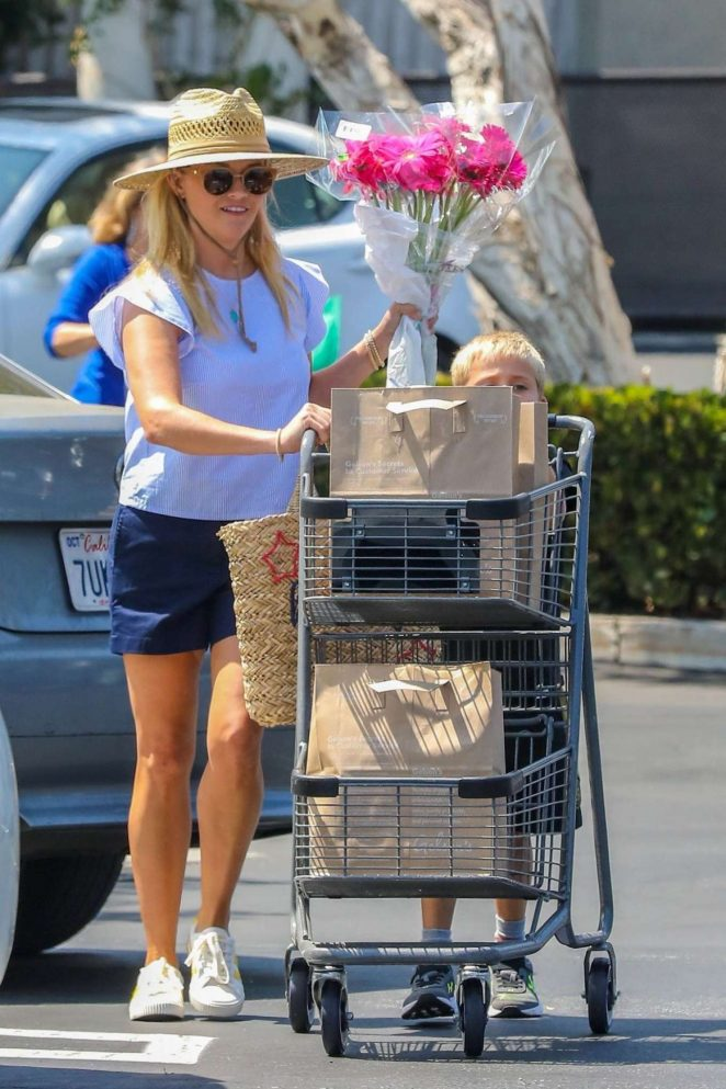Reese Witherspoon - Shopping At Pacific Palisades