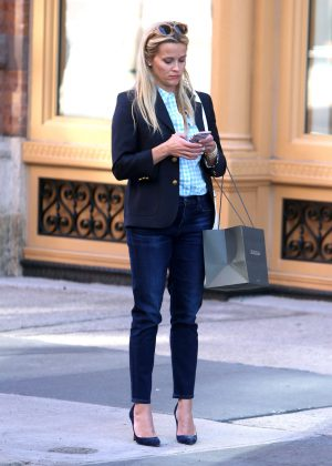 Reese Witherspoon shopping in New York City