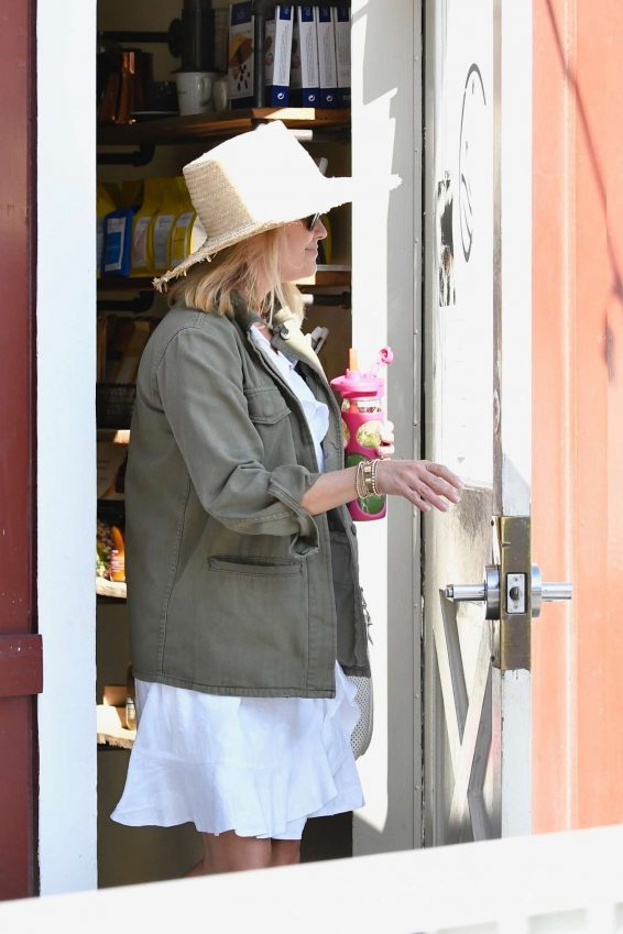 Reese Witherspoon - Stops by a cafe in Los Angeles