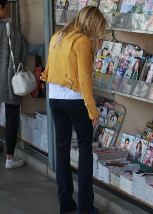 Reese Witherspoon stops by the Newsstand in Brentwood