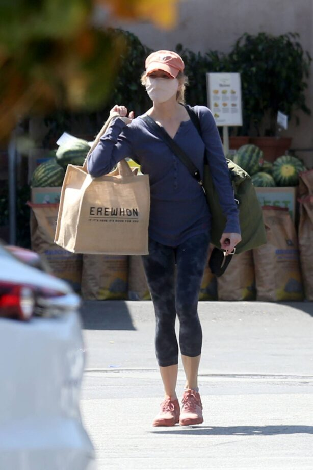 Renee Zellweger - Shopping groceries at Whole Foods in Los Angeles