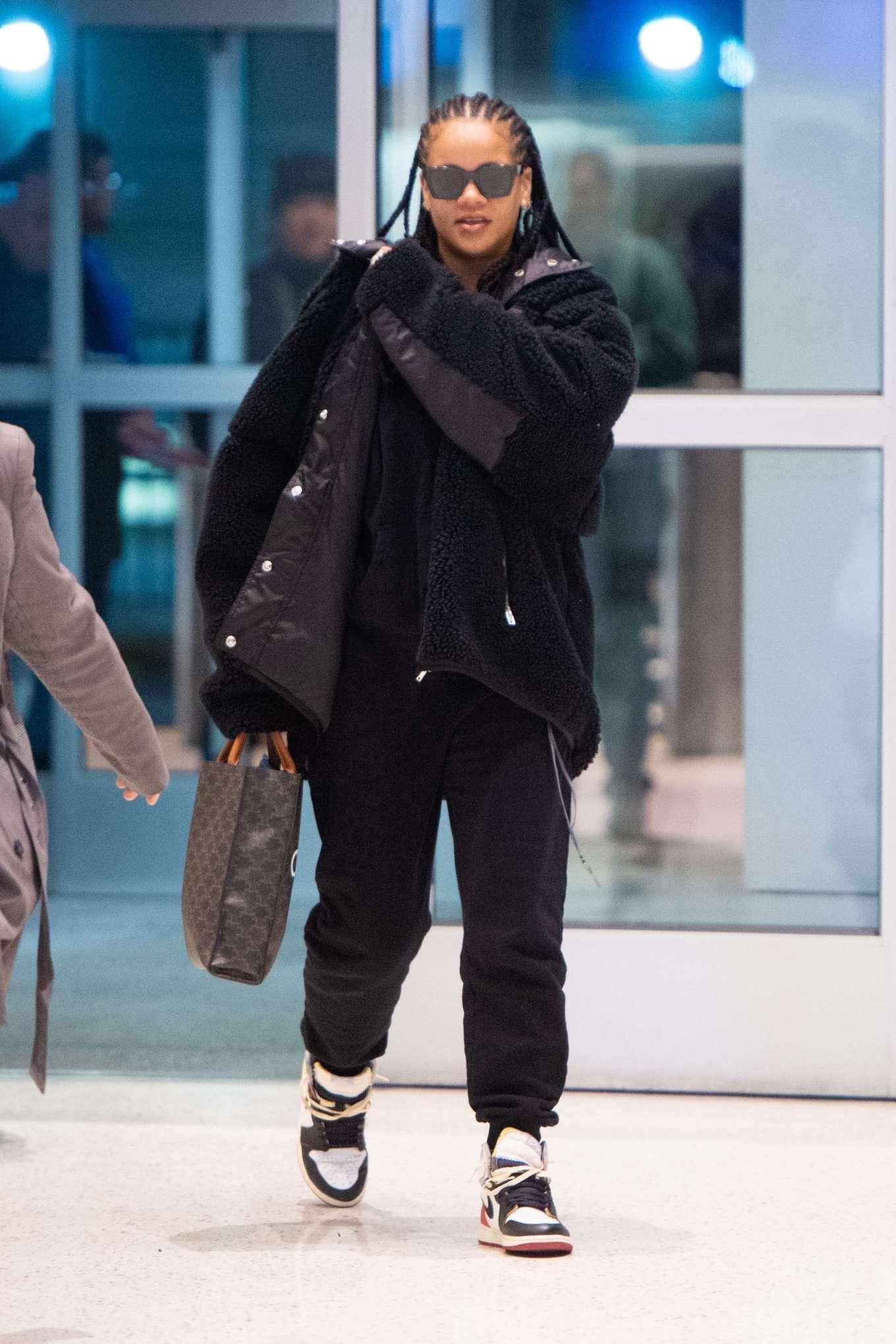 Rihanna 2019 : Rihanna – Arrives at JFK Airport in New York-04