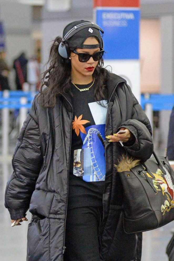 Rihanna – Arrives at JFK Airport in New York