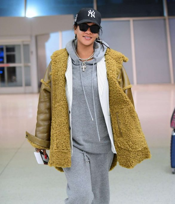 Rihanna - Arrives at the airport in Teaneck