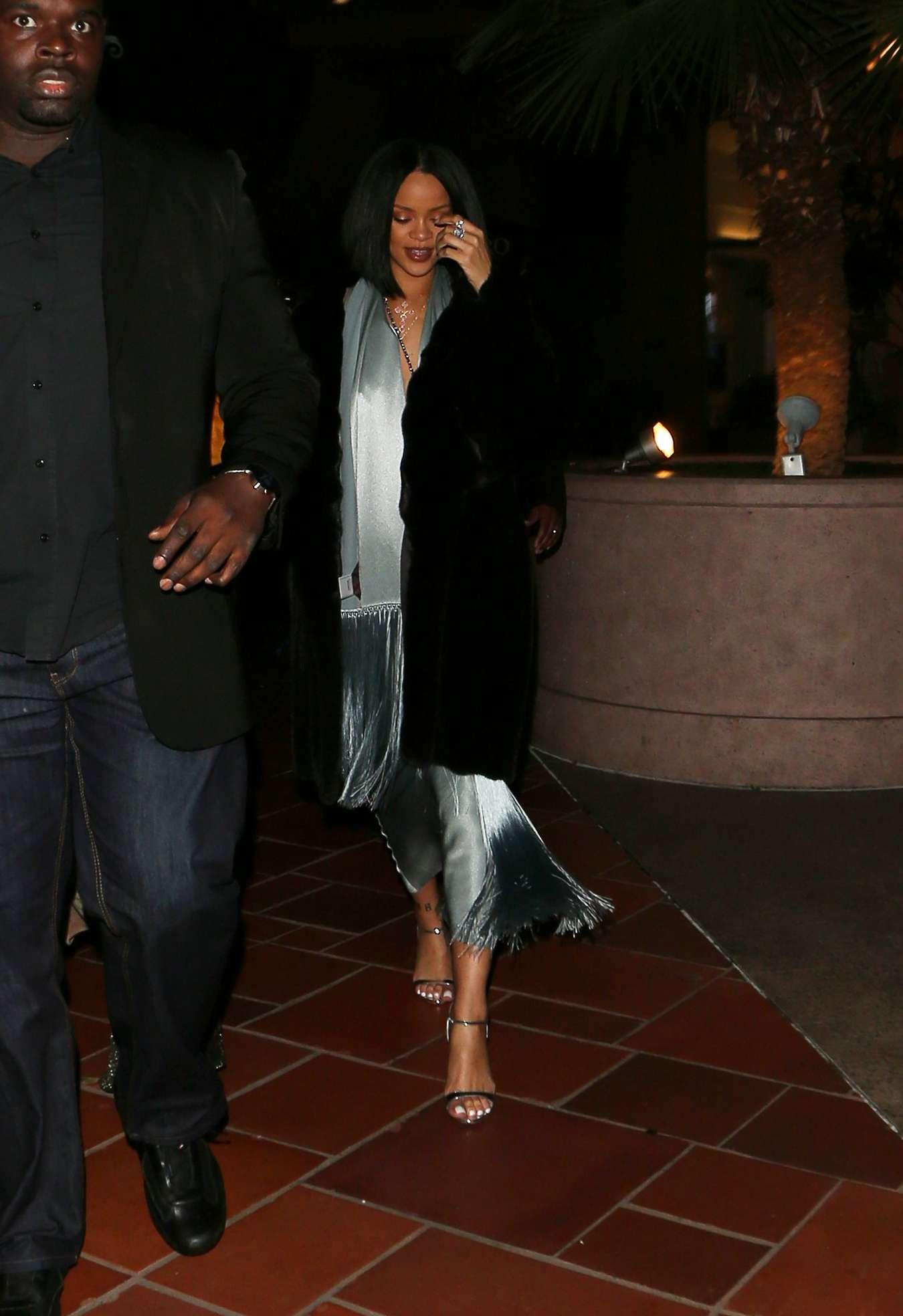 Rihanna 2016 : Rihanna: Arriving at a restaurant in LA -04