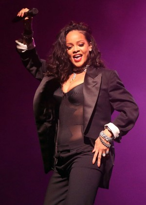 Rihanna - DirecTV Super Saturday Night in Glendale
