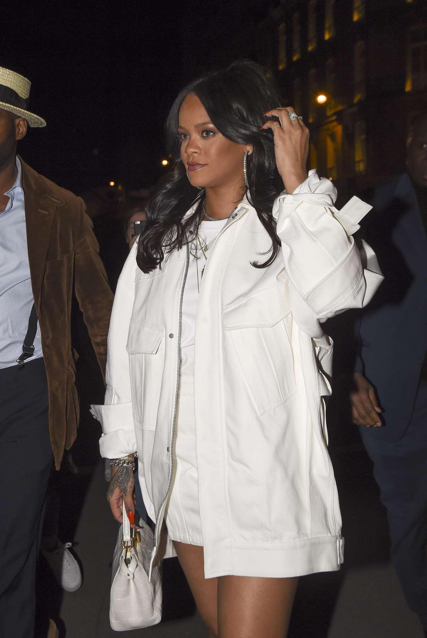 Rihanna 2019 : Rihanna: Goes to LAvenues Restaurant-21