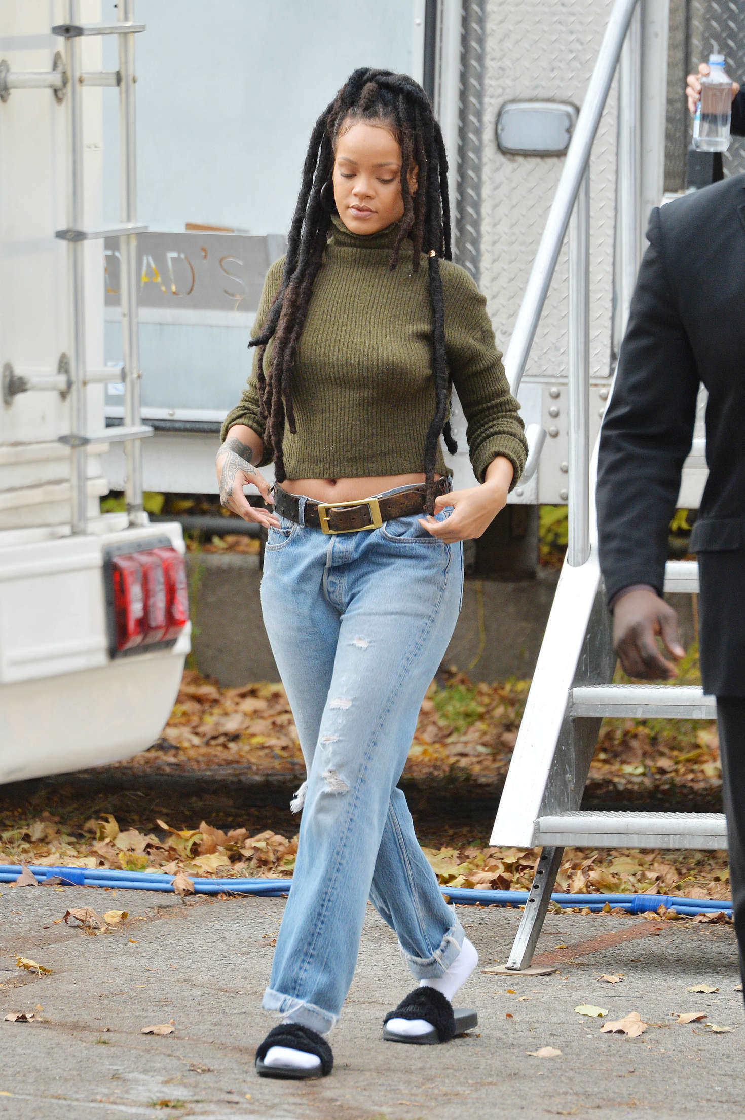 Rihanna On The Set Of Oceans 8 01 Gotceleb