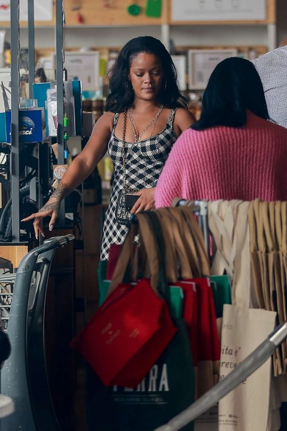 Rihanna 2019 : Rihanna – Out grocery shopping in Los Angeles-03
