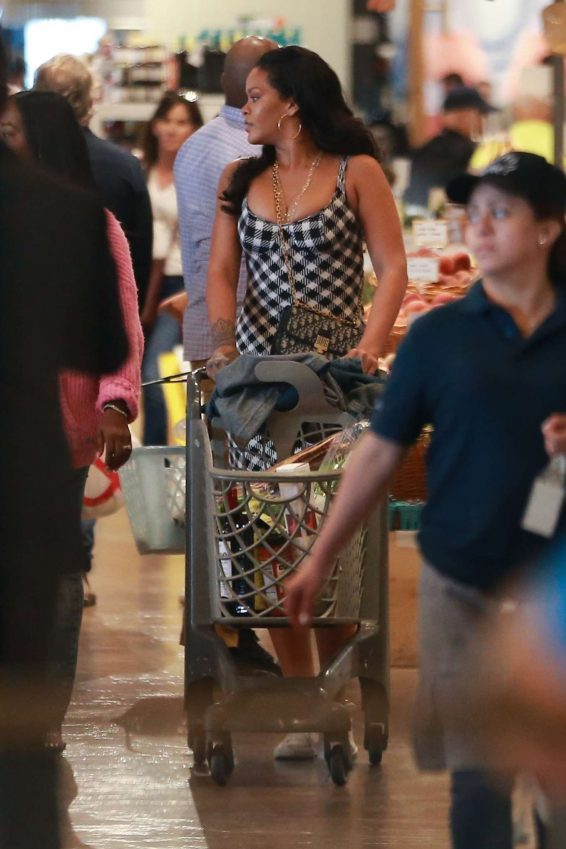 Rihanna 2019 : Rihanna – Out grocery shopping in Los Angeles-05