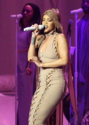 Rihanna Performs in Vancouver -01