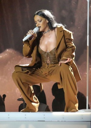 Rihanna Performs in Vancouver -03