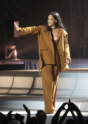 Rihanna Performs in Vancouver -05
